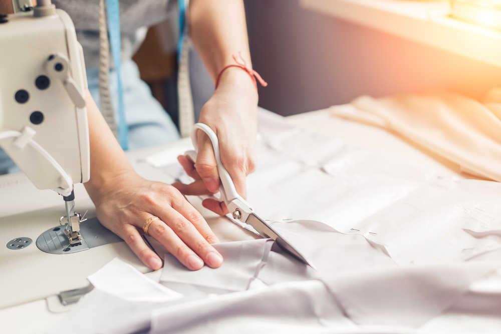 Las diferentes máquinas textiles en todo taller de costura